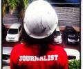 Dekle s čelado in rdečo majico